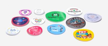 5 modi creativi per usare gli adesivi arrotondati e come farli online: Vuoi far conoscere il tuo brand e attirare nuovi clienti? Scopri la forza comunicativa degli stickers: con gli adesivi arrotondati puoi invitare all'azione i tuoi clienti.