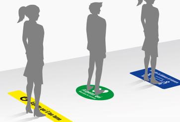 Adesivi calpestabili distanziatori: •  3 grafiche pronte •  5 colori tra cui scegliere •  Certificazione antiscivolo R11