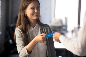 Come scegliere le misure per biglietti da visita professionali: Vuoi presentarti al meglio ai tuoi collaboratori e clienti? Scopri quale misure per i biglietti da visita scegliere in base alla tua professione.
