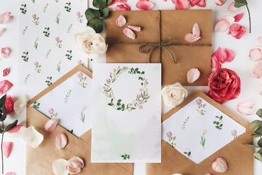 Come scegliere la carta per le partecipazioni di nozze: Avete deciso di sposarvi e mancano solo gli inviti? Scoprite su Sprint24 i vari tipi di carta per le partecipazioni di nozze in base allo stile del vostro grande giorno!