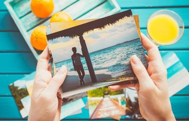 Come creare un album fotografico da regalare ad un'amica: Ecco qualche idea originale e creativa per creare un album fotografico con le foto più belle stampate nel formato che più vi piace. Scopri come su Wallart!