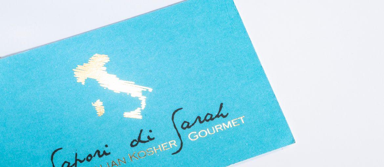 Imprimer en ligne Cartes de visite Sapori di Sarah: Impression : 2 couleurs Pantone Papier: Splendorgel extra white de 340 g Façonnage: impression dorure à chaud