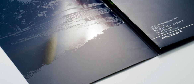 Stampa online Cartelline con 2 tasche Firotek: Stampa: 4 colori Carta: patinata opaca da 350 gr Lavorazioni: plastificazione opaca; fustellatura; verniciatura Uv (dettaglio verniciatura Uv)