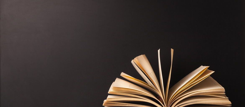 Come creare una copertina perfetta per la stampa: Hai scritto un libro, sei pronto per la stampa, ma manca ancora la copertina? Realizzala su Sprint24, dove potrai personalizzarla scegliendo materiale e formato!