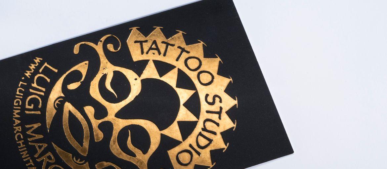 Imprimer en ligne Cartes de visite Tattoo Studio: Impression : aucune Papier : sirio black black de 480 g Façonnage : impression bronze à chaud