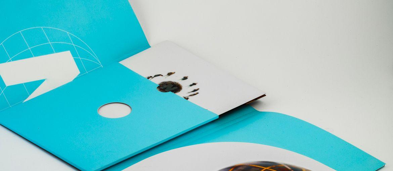 Stampa online Cartelline Natuna: Stampa: 4 colori; 2 pantoni Carta: patinata opaca da 350 gr Lavorazioni: plastificazione opaca; fustellatura a 3 ante