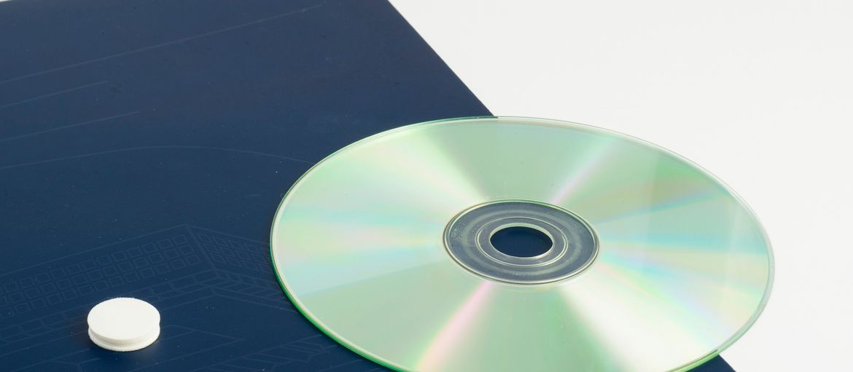 Online printing Firotek Folders: Print: 4 colours Paper: matt coated 350 gsm Processes: matt lamination; application of CD; 3-ply die-cutting (CD application detail)